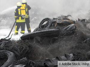Feuerwehr verhindert abbrennen von Altreifen