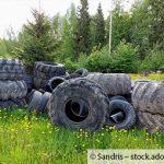 Illegale Reifenentsorgung auf einem Feld bei Merzkirchen