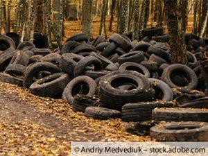 Mehrere Reifen in einem Graben hinterlassen