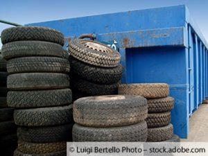 Reifen an Altglascontainer entsorgt