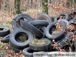 Reifen illegal im Waldgebiet entsorgt