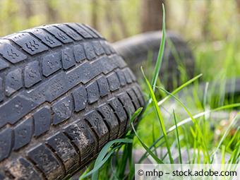Reifenablagerung auf einem Parkplatz
