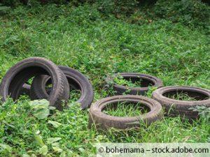 Unbekannter Täter lädt Alreifen und Müll im Wald ab